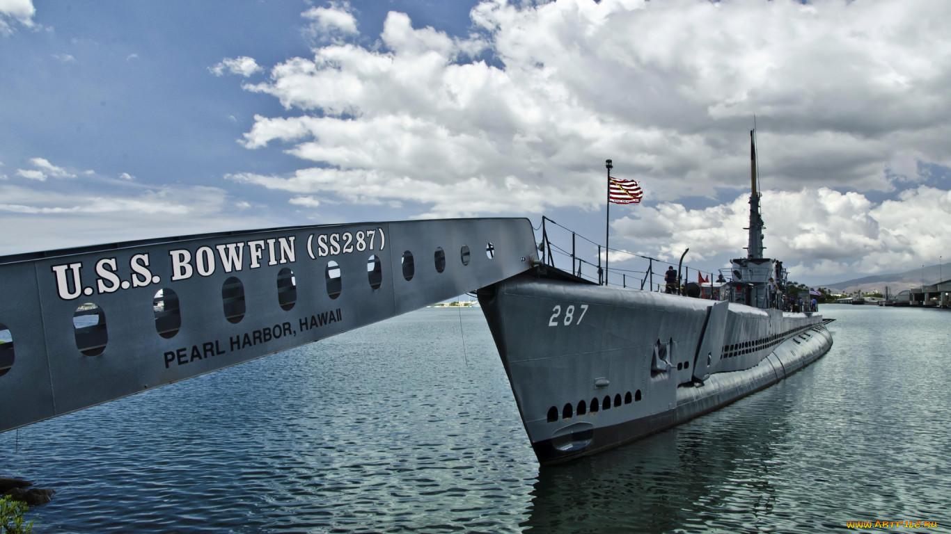 подводная лодка у причала